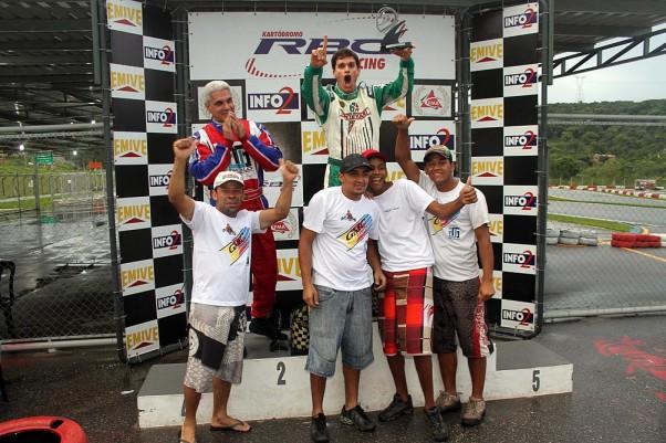 Foto: Flávio Quick - Leonardo Lanza e Guildner Carvalho comemoraram no pódio com a equipe Max Kart a dobradinha na categoria Super Sênior.
