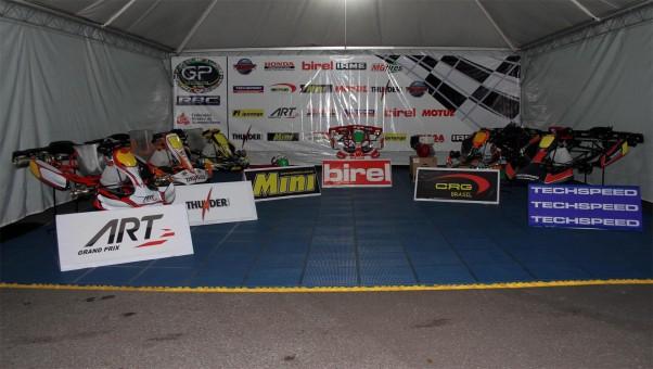 Foto: Flávio Quick - No stand montado na entrada do kartódromo os sete chassis que farão parte da premiação da prova estão expostos.