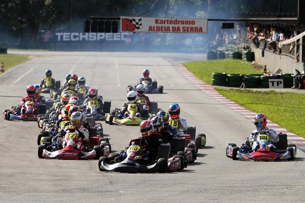 Foto: Flávio Quick - A categoria Graduados teve 23 pilotos e duas corridas bastante disputadas.