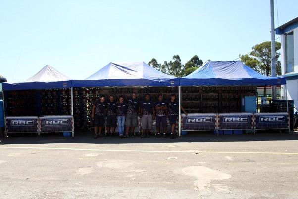 Foto: Flávio Quick - O stand dos motores sorteados e a equipe de profissionais da RBC Preparações formada pelos colaboradores Guilherme, Marcelo, Fábio, Joas, Wellison, Wadson e Marcos.