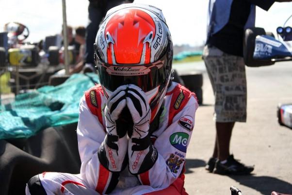 Foto: Flávio Quick – Em seu momento de Fé antes da largada, Yurik pede proteção nas corridas.