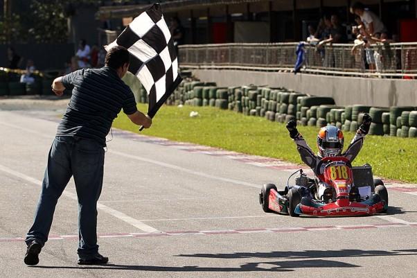 Foto: Arthur Leist comemorou bastante a sua vitória na primeira da Super Cadete. (Crédito: Flávio Quick)