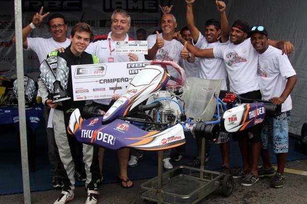 A equipe de Bruno Baptista comemorou o título na Novato.