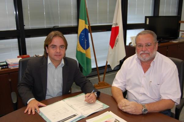 Foto: O Secretário de Estado de Esportes Eros Biondini (e) e o presidente da FMA, Pedro Sereno (d). Crédito da foto: Divulgação - SEEJ
